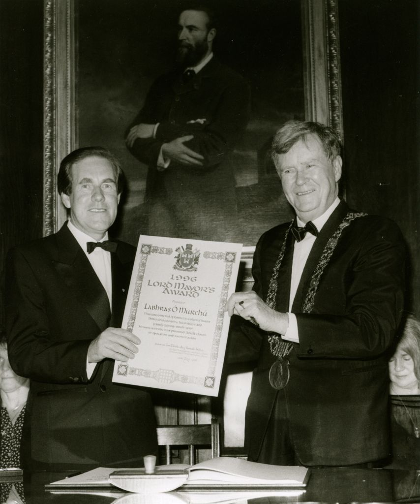 Labhrás Ó Murchú receiving the Dublin Civic Honour Award from Lord Mayor Seán Dublin Bay Loftus.
